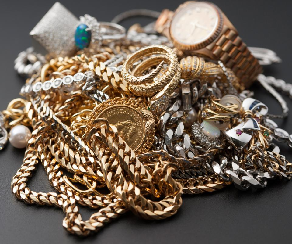 Recovery agents may help people find stolen jewelry pieces.